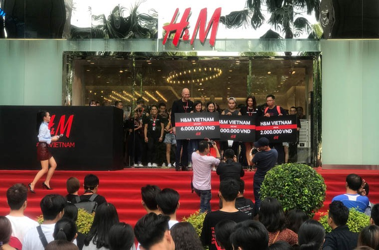 Hang nghin nguoi trang dem, doi nang cho khai truong H&M-Hinh-10