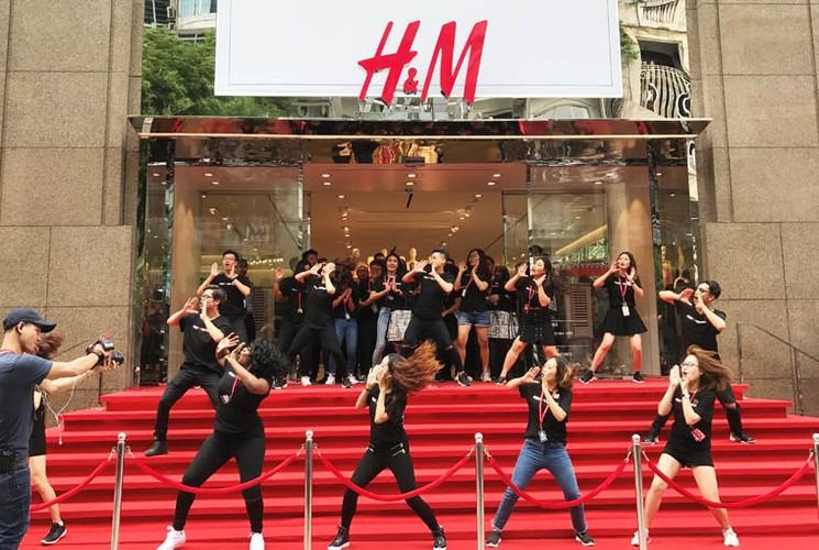 Hang nghin nguoi trang dem, doi nang cho khai truong H&M-Hinh-11