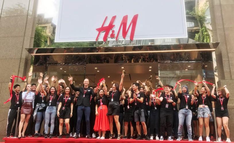 Hang nghin nguoi trang dem, doi nang cho khai truong H&M-Hinh-13
