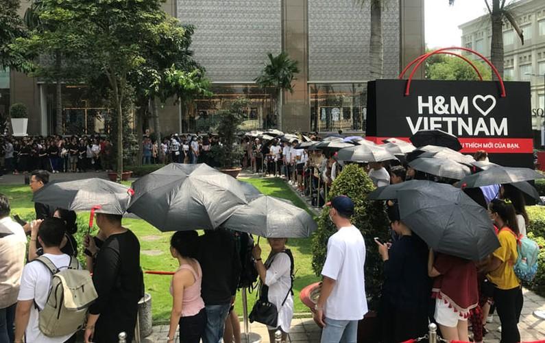 Hang nghin nguoi trang dem, doi nang cho khai truong H&M-Hinh-3