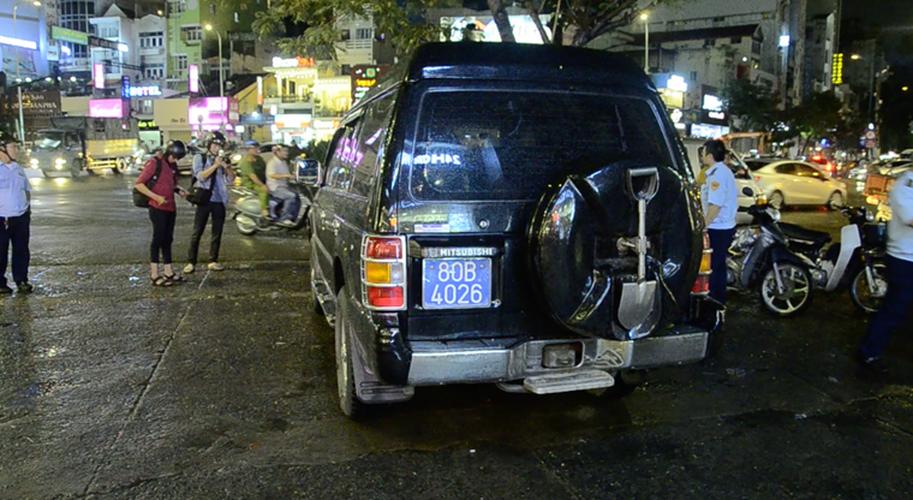Xu ly xe bien xanh, ong Doan Ngoc Hai bi nhan vien khach san phan ung-Hinh-6