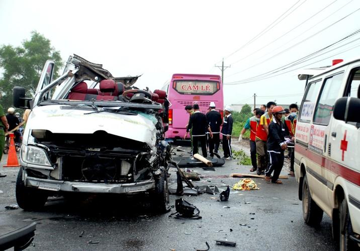 Hien truong 2 xe khach tong nhau truc dien o Tay Ninh-Hinh-2