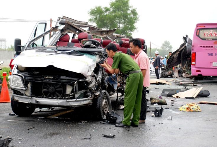 Hien truong 2 xe khach tong nhau truc dien o Tay Ninh-Hinh-3