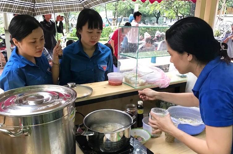 """Anh: Ong Doan Ngoc Hai """"mo hang"""" pho hang rong thu 2 o TPHCM-Hinh-6"""