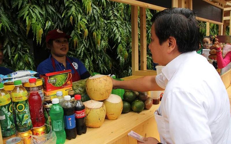 """Anh: Ong Doan Ngoc Hai """"mo hang"""" pho hang rong thu 2 o TPHCM-Hinh-2"""