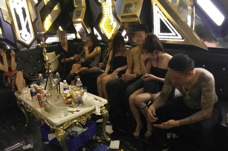 Hang tram nam nu dien cuong thac loan trong nha hang luc rang sang-Hinh-2