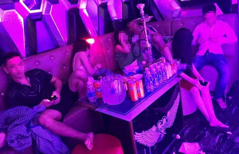 Hang tram nam nu dien cuong thac loan trong nha hang luc rang sang-Hinh-5