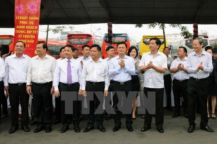 Bi thu Thang trai nghiem tuyen xe buyt noi san bay Tan Son Nhat-Hinh-4