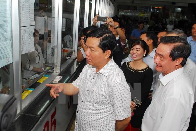 Bi thu Thang trai nghiem tuyen xe buyt noi san bay Tan Son Nhat-Hinh-7
