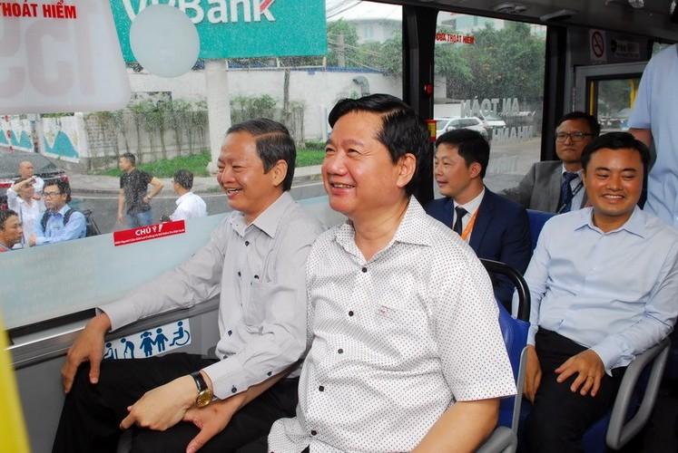 Bi thu Thang trai nghiem tuyen xe buyt noi san bay Tan Son Nhat
