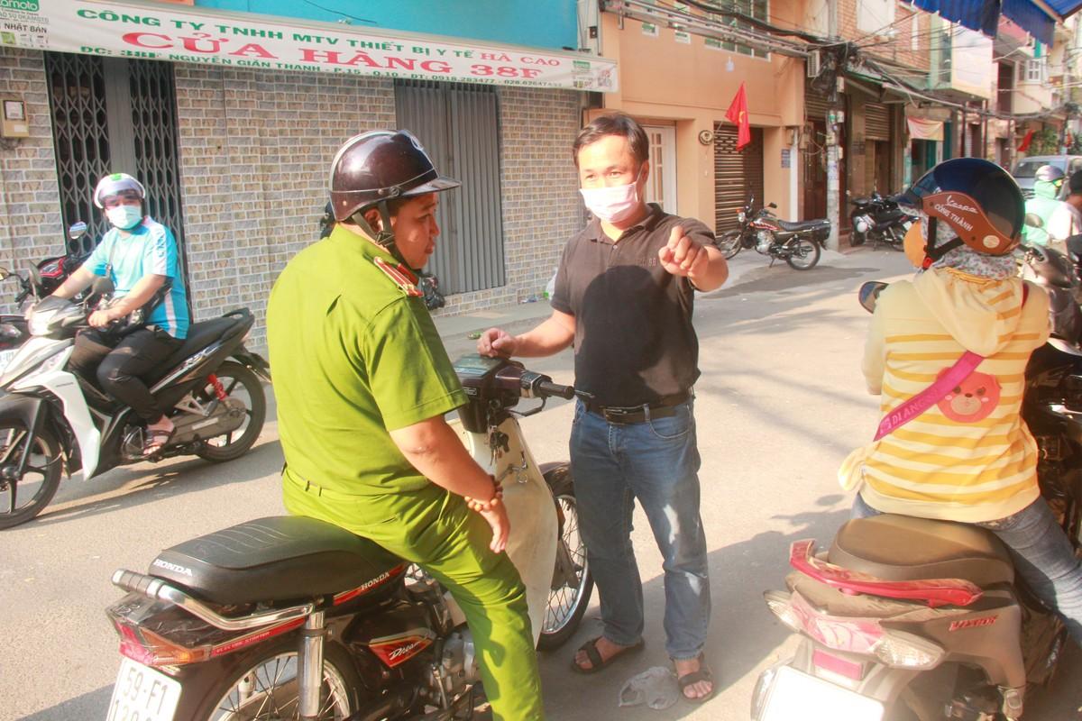 Thuong cam canh ba bau quyet bam tru o via he cho mua khau trang-Hinh-10