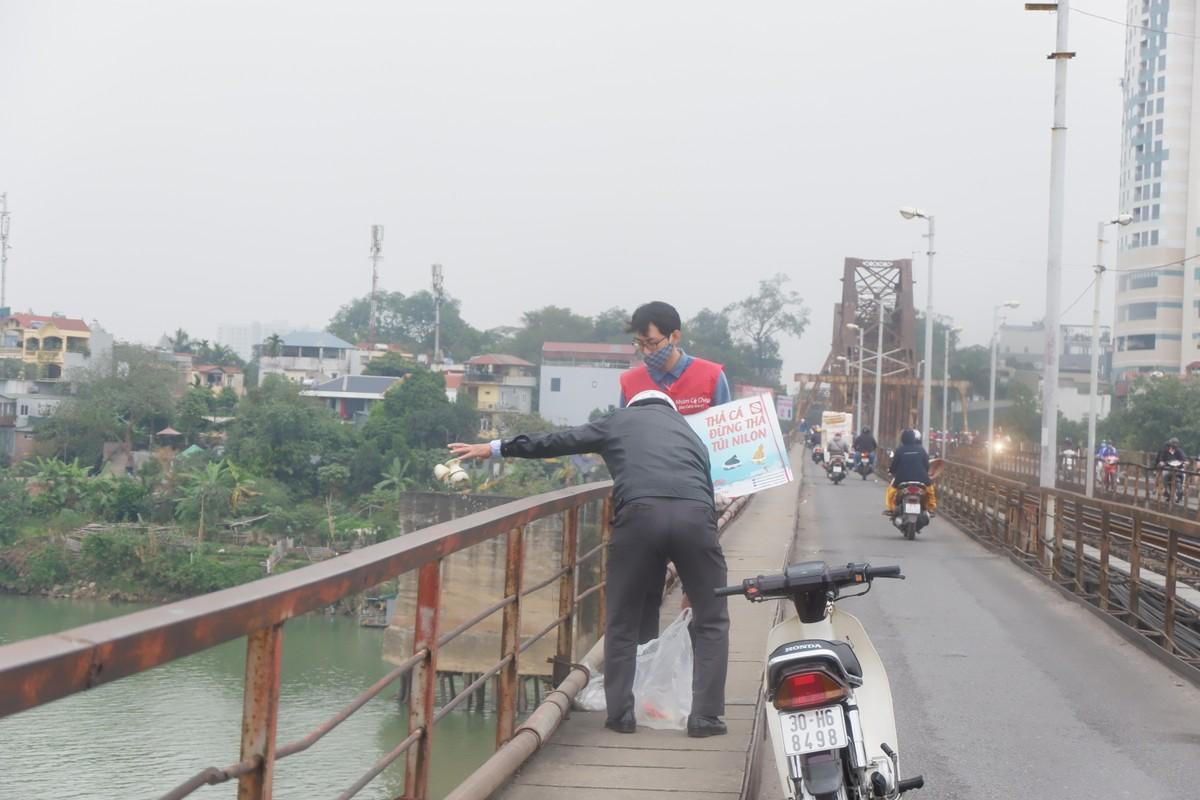 Dan do ra tien ong Cong, ong Tao, cau Long Bien un tac-Hinh-11