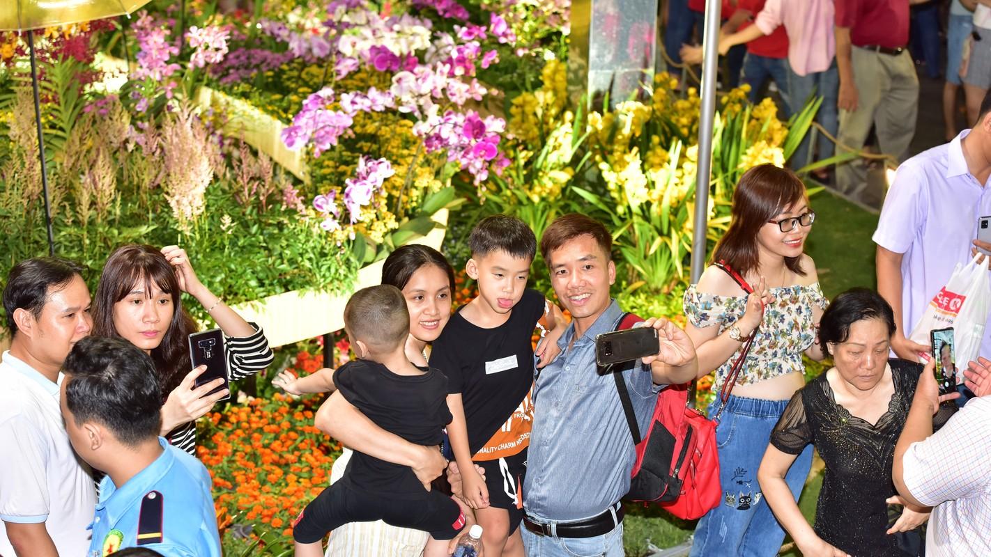 Du khach trang dem tham quan duong hoa Nguyen Hue trong dem khai mac-Hinh-10