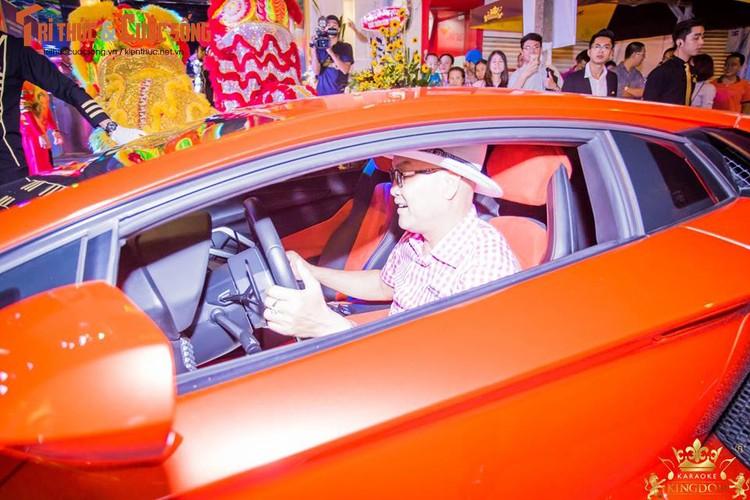 Minh Nhua va Phan Thanh cuoi sieu xe di