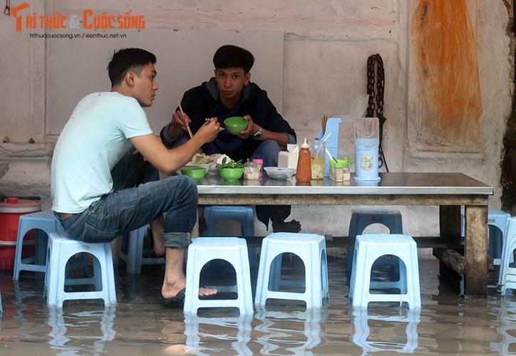Anh: Quan xa dong cua, nuoc mua chay ngap nha dan o Ha Noi-Hinh-25