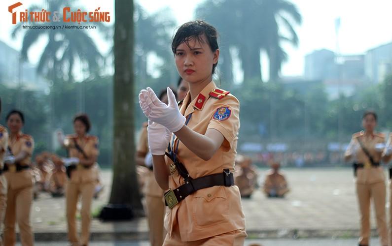 Phat sot voi man mua vo cua nam nu CSGT Ha Noi-Hinh-10