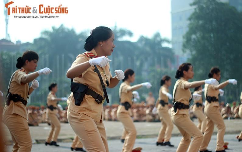 Phat sot voi man mua vo cua nam nu CSGT Ha Noi-Hinh-11