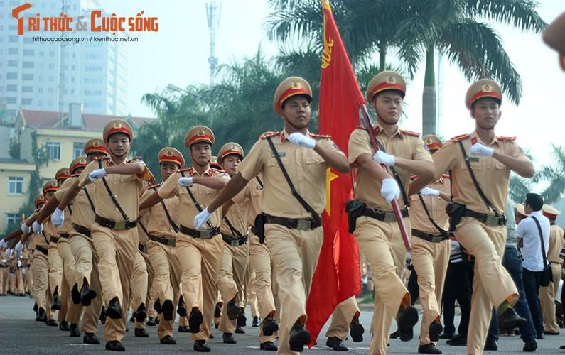 Phat sot voi man mua vo cua nam nu CSGT Ha Noi-Hinh-2