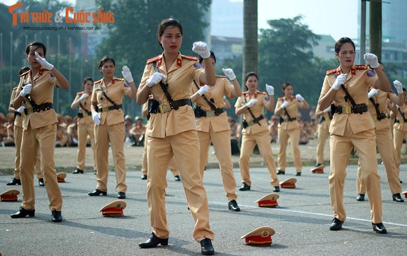 Phat sot voi man mua vo cua nam nu CSGT Ha Noi-Hinh-8