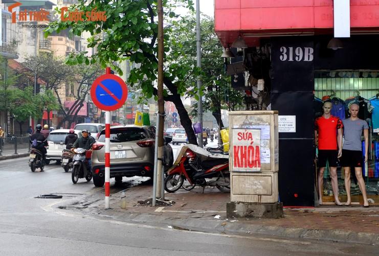 "Nguoi di bo lien tuc ne ""bom dien"" day dac tren via he Ha Noi-Hinh-11"