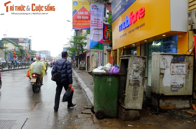 "Nguoi di bo lien tuc ne ""bom dien"" day dac tren via he Ha Noi-Hinh-2"