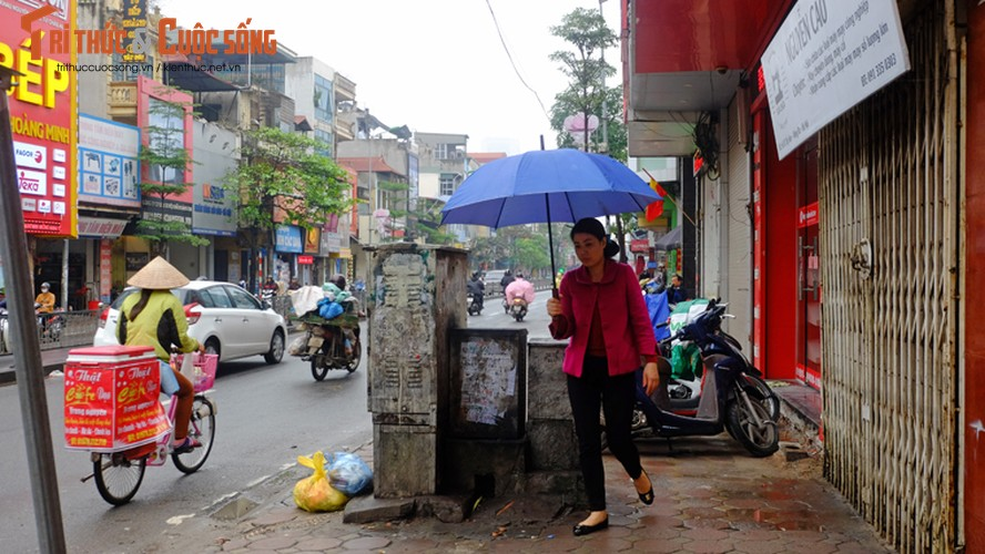 "Nguoi di bo lien tuc ne ""bom dien"" day dac tren via he Ha Noi-Hinh-3"