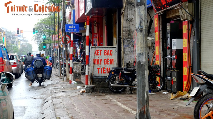 "Nguoi di bo lien tuc ne ""bom dien"" day dac tren via he Ha Noi-Hinh-6"