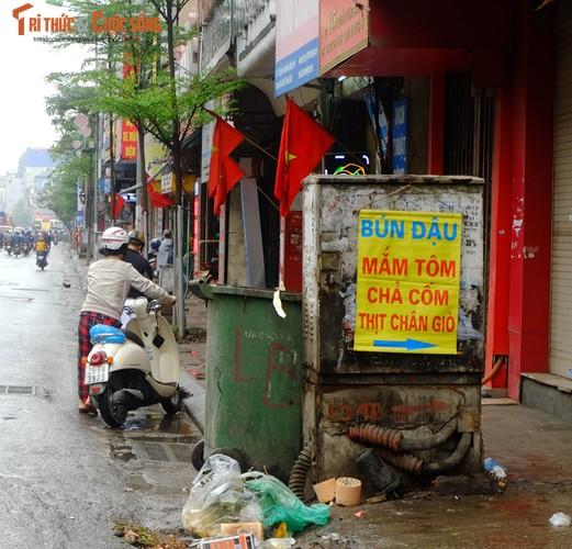"Nguoi di bo lien tuc ne ""bom dien"" day dac tren via he Ha Noi-Hinh-9"