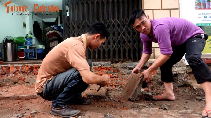 Anh: Nguoi dan tay xeng tay bua sua bac them vua bi dap bo-Hinh-6