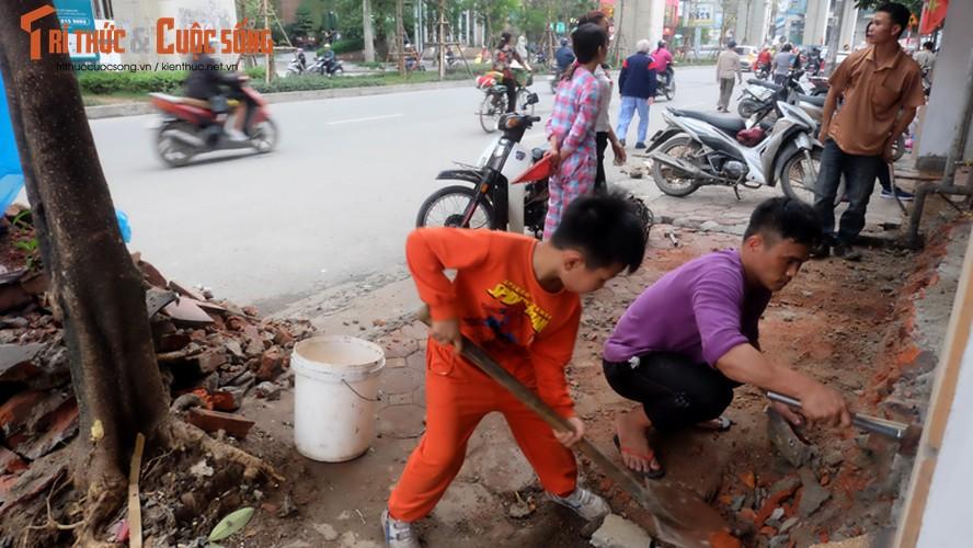 Anh: Nguoi dan tay xeng tay bua sua bac them vua bi dap bo-Hinh-7