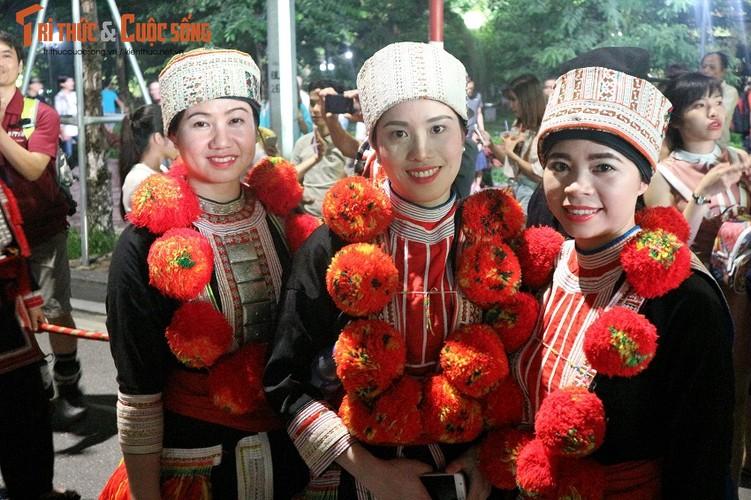 Co dau nguoi Dao xinh hut hon tren pho di bo Ho Guom-Hinh-10