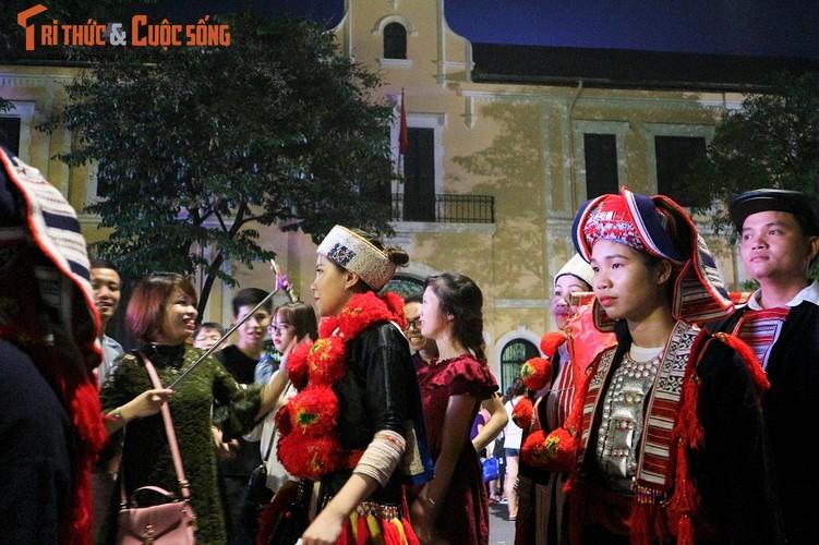 Co dau nguoi Dao xinh hut hon tren pho di bo Ho Guom-Hinh-12