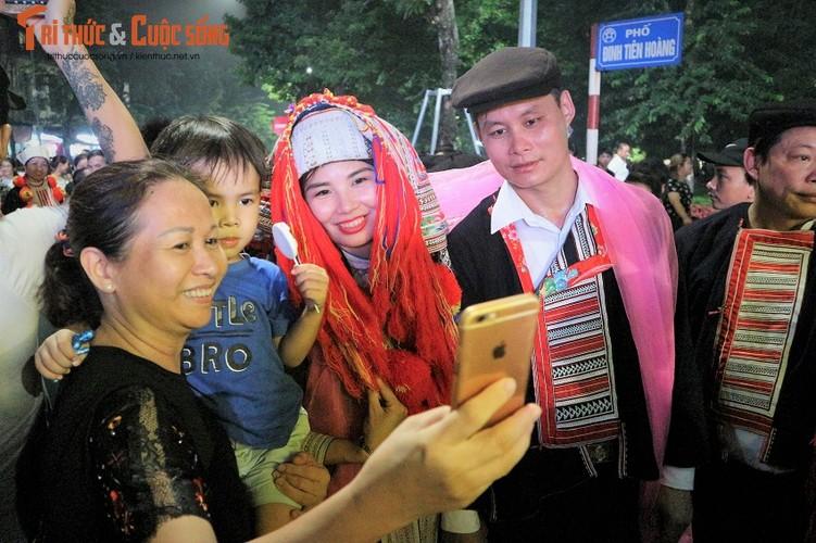 Co dau nguoi Dao xinh hut hon tren pho di bo Ho Guom-Hinh-5