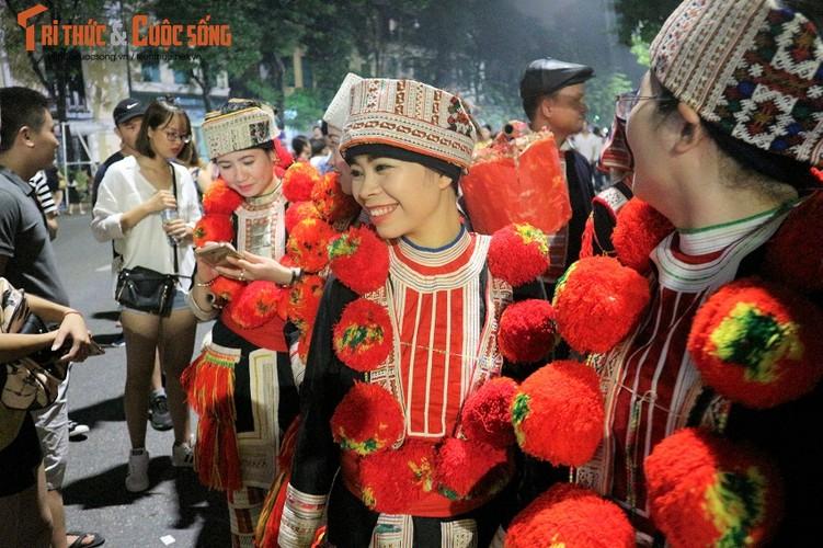 Co dau nguoi Dao xinh hut hon tren pho di bo Ho Guom-Hinh-6