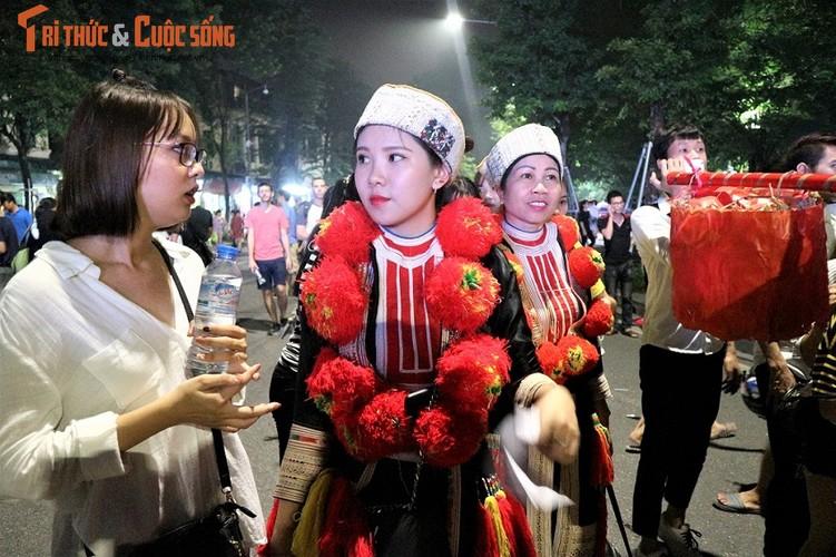 Co dau nguoi Dao xinh hut hon tren pho di bo Ho Guom-Hinh-7