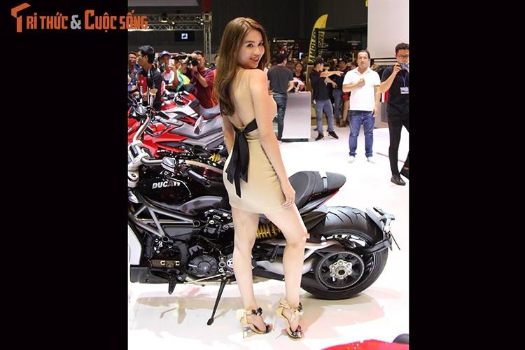 "Ngoc Trinh ""vay ngan, lung tran"" ben moto Ducati khung-Hinh-2"
