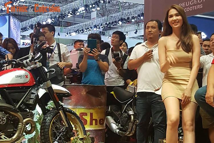 "Ngoc Trinh ""vay ngan, lung tran"" ben moto Ducati khung-Hinh-3"