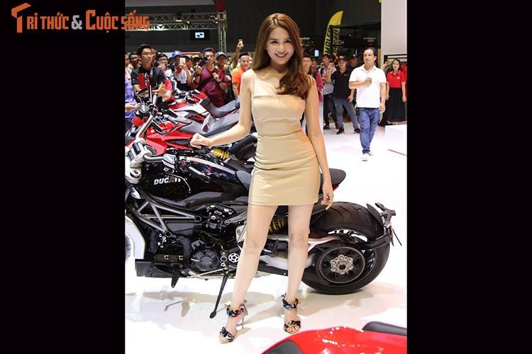 "Ngoc Trinh ""vay ngan, lung tran"" ben moto Ducati khung-Hinh-4"
