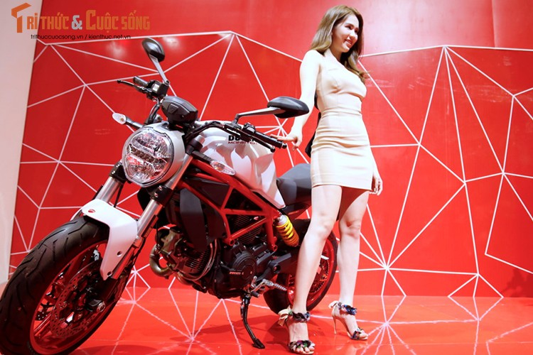 "Ngoc Trinh ""vay ngan, lung tran"" ben moto Ducati khung-Hinh-6"