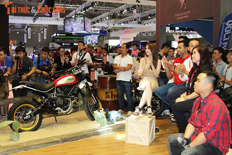 "Ngoc Trinh ""vay ngan, lung tran"" ben moto Ducati khung-Hinh-7"