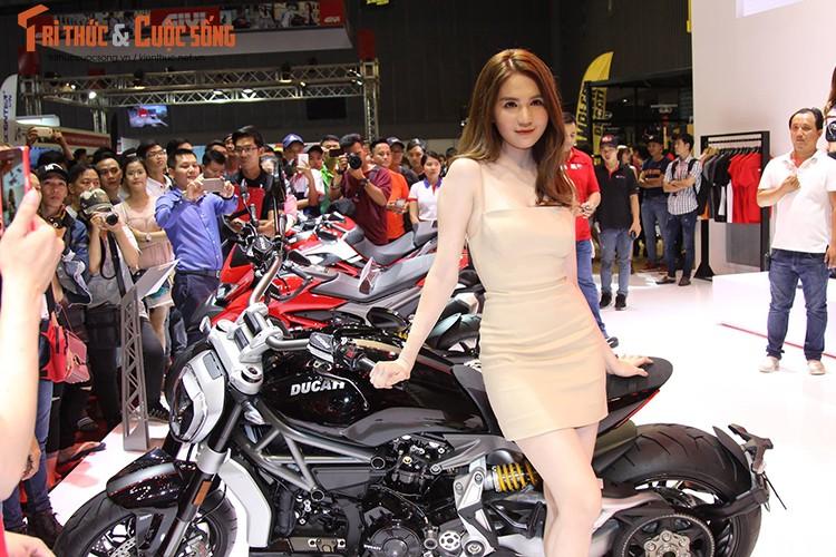 "Ngoc Trinh ""vay ngan, lung tran"" ben moto Ducati khung"