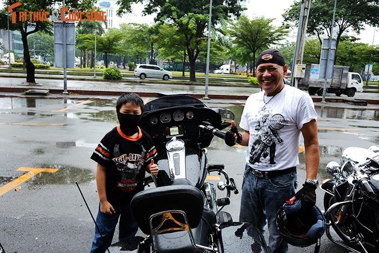 """Dan choi moto Harley Sai Gon """"luyen cong"""" duoi mua-Hinh-2"""