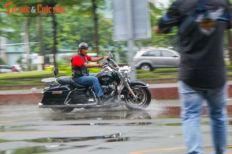"""Dan choi moto Harley Sai Gon """"luyen cong"""" duoi mua-Hinh-6"""