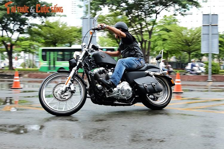 """Dan choi moto Harley Sai Gon """"luyen cong"""" duoi mua-Hinh-9"""
