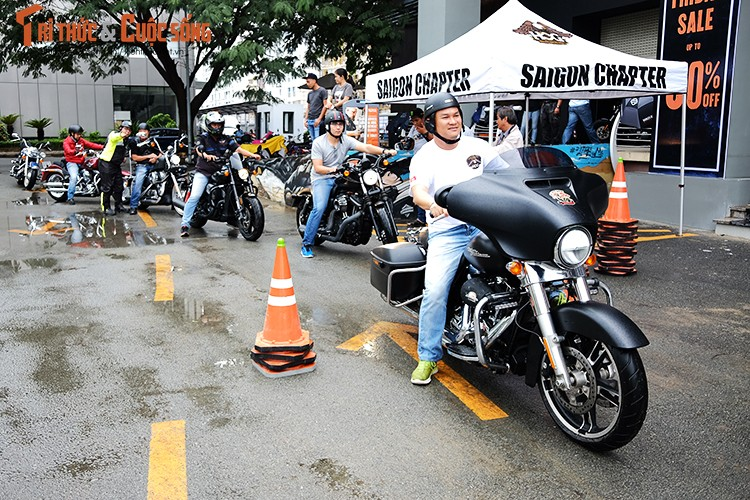 """Dan choi moto Harley Sai Gon """"luyen cong"""" duoi mua"""