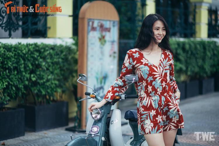 """Kieu nu Viet """"tha dang"""" ben Honda Super Cub C100-Hinh-3"""