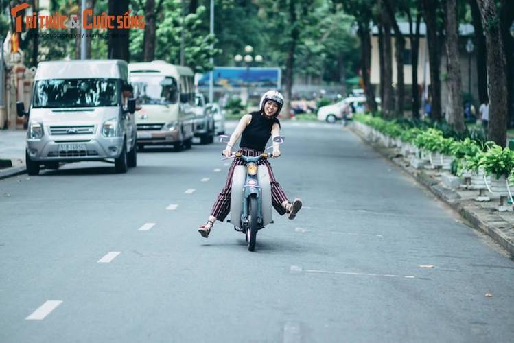 """Kieu nu Viet """"tha dang"""" ben Honda Super Cub C100-Hinh-7"""