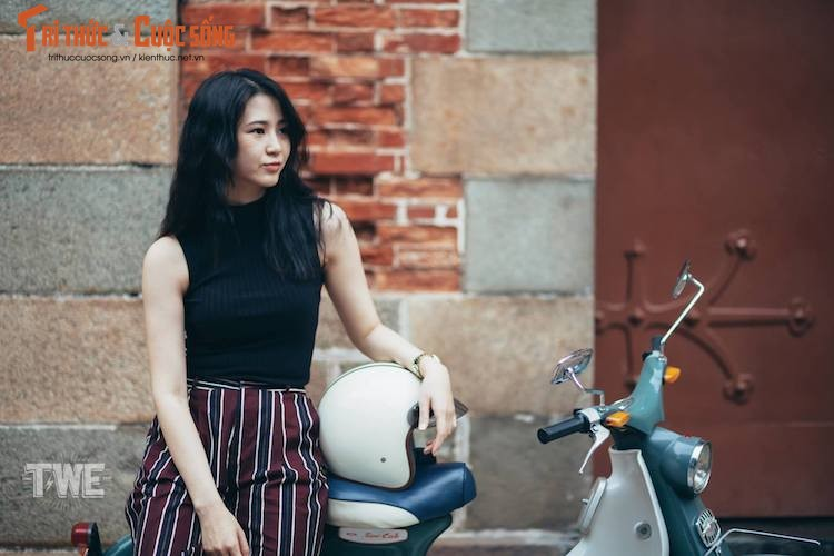 """Kieu nu Viet """"tha dang"""" ben Honda Super Cub C100-Hinh-8"""