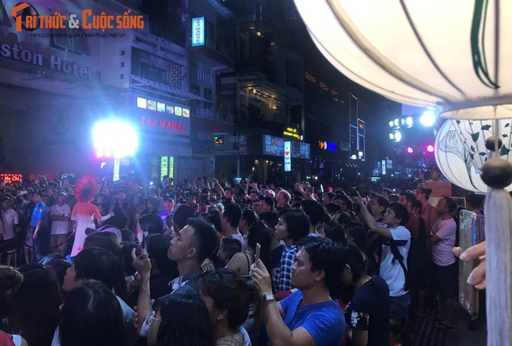 Anh: Hoanh trang le khai truong pho di bo Bui Vien-Hinh-4