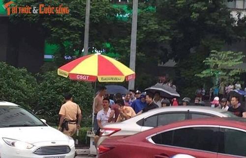 Tam giu doi tuong cam gay danh CSGT Ha Noi giua duong-Hinh-2